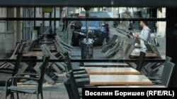 """Ресторантите и кафенетата са затворени по пешеходната улица """"Витошка"""" в София след като парламентът въведе извънредно положение"""