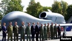 Єнс Столтенберґ та офіційні особи-учасники саміту позують на тлі безпілотника НАТО, Варшава, 8 липня 2016 року