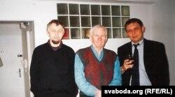 Сяргей Навумчык, Васіль Быкаў і Аляксандар Лукашук у першыя дні пасьля пераезду пісьменьніка ў Прагу, сьнежань 2002