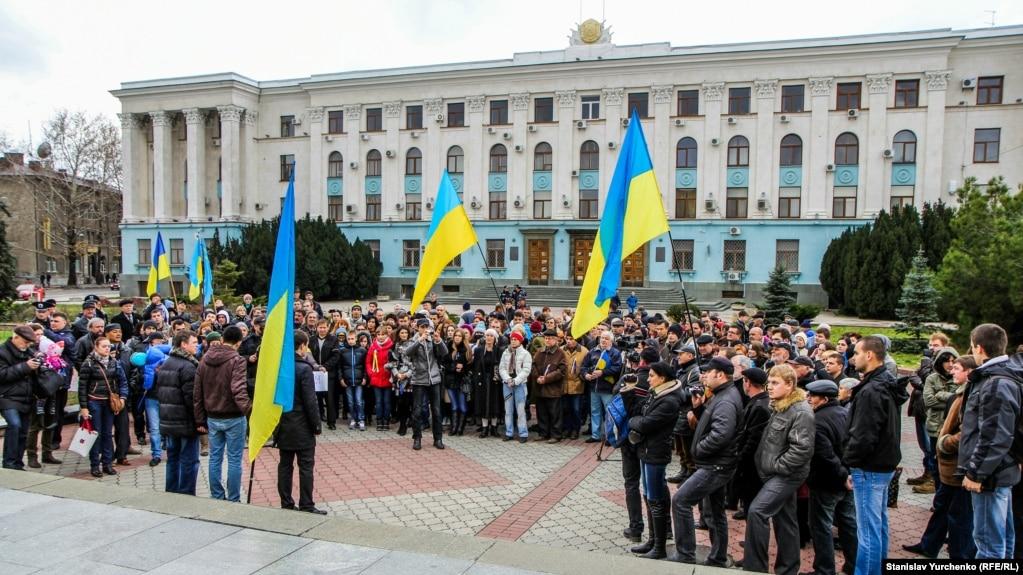 Акция Евромайдан-Крым перед зданием Совета министров в Симферополе