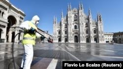 Dezinfecție în piața Domului din Milano