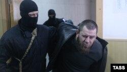 Тамерлана Эскерханова конвоируют в зал суда