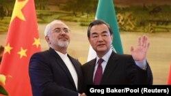 جواد ظریف وزیر خارجه ایران با وانگ یی وزیر خارجه چین.