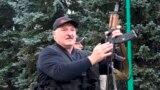 Олександр Лукашенко позує із автоматом Калашникова у день протестів проти фальсифікації виборів президента 23 серпня