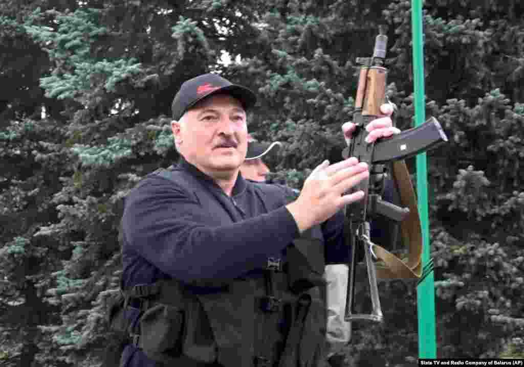 Президент Беларуси Александр Лукашенко в бронежилете и с автоматом Калашникова возле Дворца Независимости в Минске 23 августа. В этот день в белорусской столице прошли массовые протесты против его правления после спорных выборов.