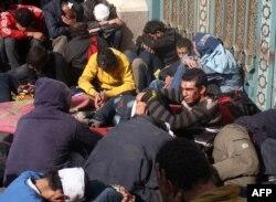 Затримані учасники нічних сутичок під охороною Республіканської гвардії (у кадрі не видно) біля президентського палацу в Каїрі, 6 грудня 2012 року