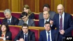 Украина премьер-министрі Арсений Яценюк (оң жақта) парламент отырысында сөйлеп тұр. Киев, 16 ақпан 2016 жыл.