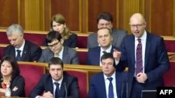 Премьер-министр Арсений Яценюк парламенттин өкмөткө ишеним көргөбөө маселеси каралган жыйынында сүйлөөдө. Киев, 16-февраль, 2016-жыл.