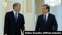 Президент Узбекистана Шавкат Мирзияев (справа) со своим кыргызским коллегой Алмазбеком Атамбаевым в Самарканде.