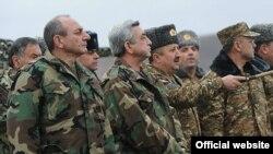 Ermənistan prezidenti Serzh Sarkisian (soldan ikinci) Qarabağda Azərbaycan ordusu ilə təmas xəttini müşahidə edir. 3 yanvar 2012