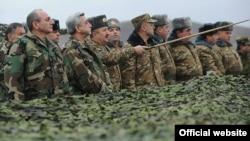 Հայաստանի եւ Լեռնային Ղարաբաղի նախագահները այցելում են Ղարաբաղի Պաշտպանության բանակի ստորաբաժանումներ, 3-ը հունվարի, 2012թ.