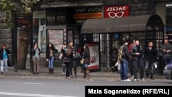 Основные загрязнители воздуха столицы – устаревшие автобусы, за которыми привычно тянутся черные шлейфы выхлопных газов – предмета недовольства большинства жителей Тбилиси