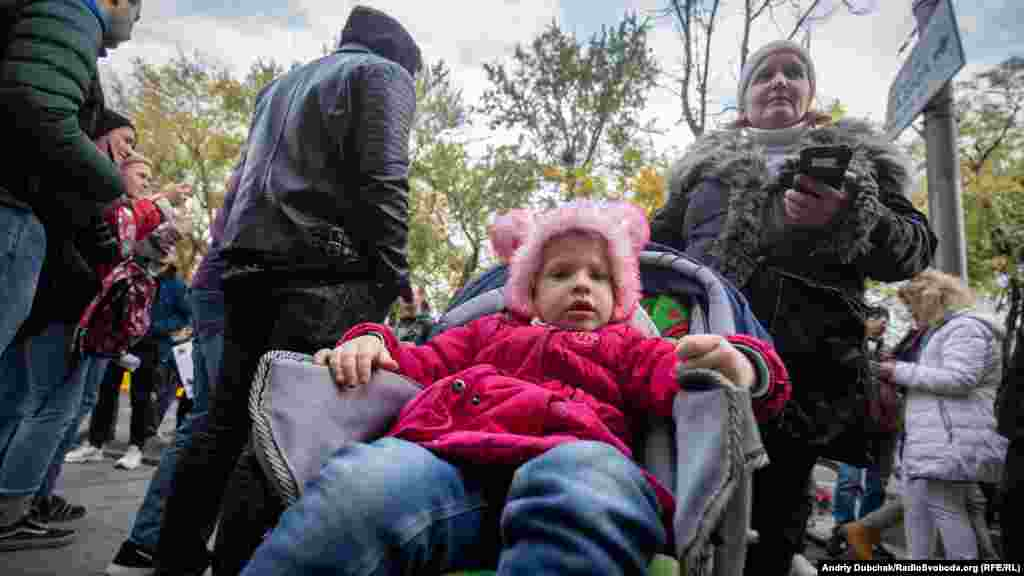 Ольга та її донька хворі на епілепсію.Самі вони переселенці з міста Щастя, луганської області. Донька отримала дві контузії від вибухів снарядів. У колі хворих на епілепсію Ольга багато чула про позитивні властивості канабісу але сама не пробувала. Прийшла підтримати легалізацію медичного канабісу