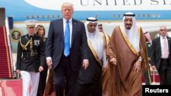Падыша Салман АКШ президенти Дональд Трампты Рияддын аба майданында тосуп алууда, 20-май 2017-жыл.