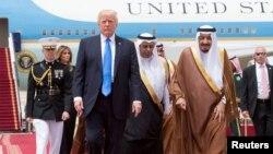 Президента США Дональда Трампа (л) в Ер-Ріяді зустрічав король Саудівської Аравії Салман ібн Абдул-Азіз Аль Сауд