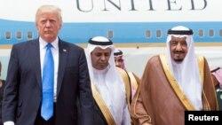 АҚШ президенті Дональд Трамп (сол жақта) пен Сауд Арабиясы патшасы Салман ибн Абдел Азиз әл-Сауд (оң жақта). Эр-Рияд, Сауд Арабиясы, 20 мамыр 2017 жыл.