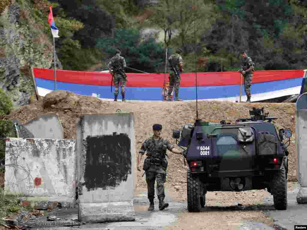 Francuski vojnici KFOR-a na graničnom prijelazu Brnjak, 20.09.2011. Foto: Reuters / Marko Đurica