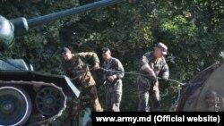 Tancul a fost dat jos de către militari