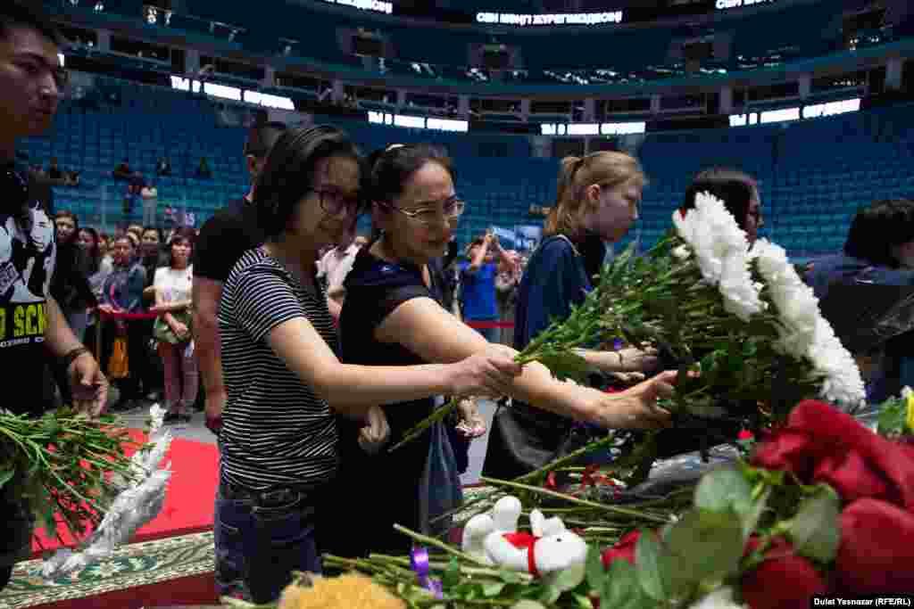 Возложение цветов на церемонии в Астане.