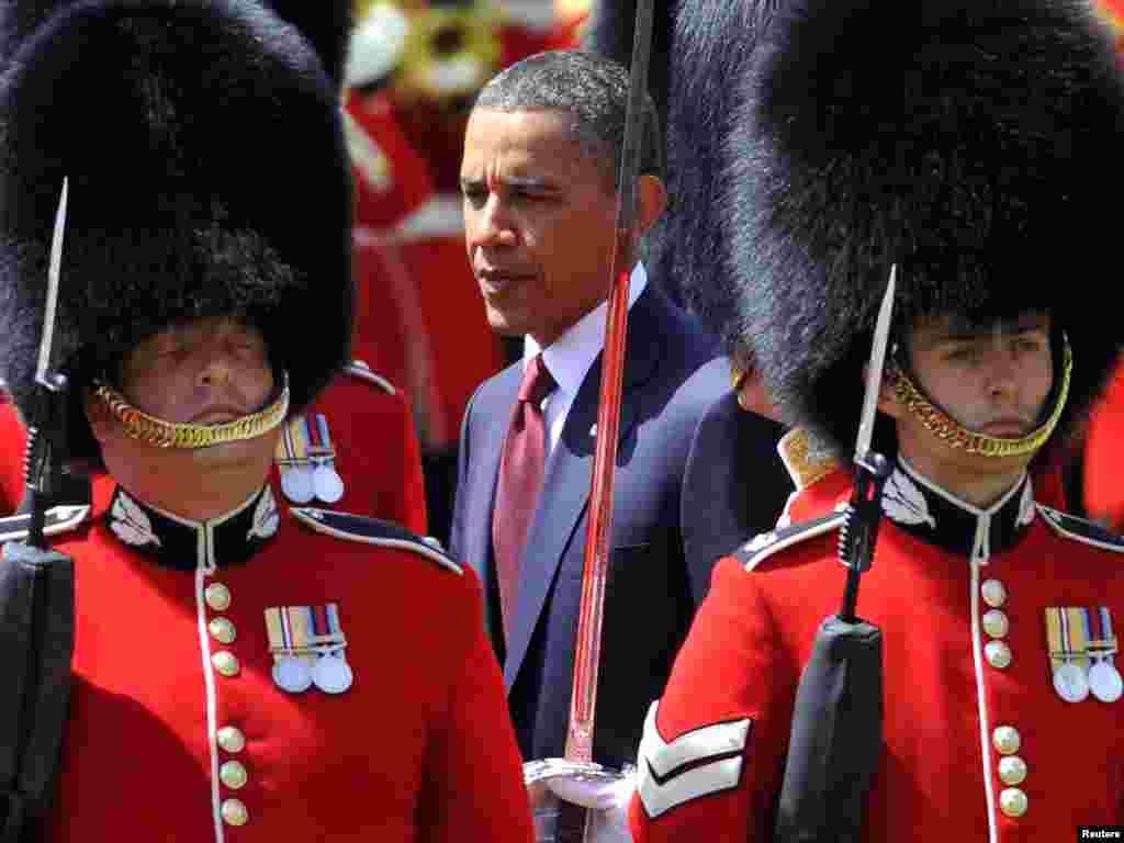 Барак Обама розпочав свій перший державний візит до Великої Британії як президент Сполучених Штатів, 24 травня. Після офіційного прийому королевою Єлизаветою ІІ на його честь у Букінгемському палаці ввечері влаштували бенкет. Photo by Kevin Lamarque for REUTERS