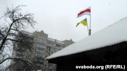 Сьцягі на даху хаты Кастуся Жукоўскага
