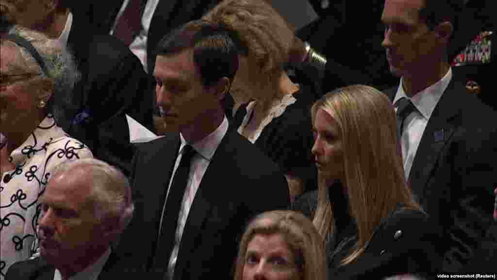 Маккейн, який самостійно планував власний похорон, заповідав не кликати на прощальну церемонію президента Дональда Трампа, жорстким опонентом якого він був. Однак старша донька Іванна Трамп відвідала церемонію разом із чоловіком
