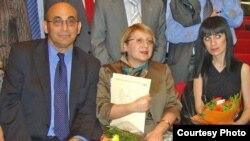 Arxiv fotosu: Dinara Yunus atası Arfi və anası Leyla Yunuslarla.