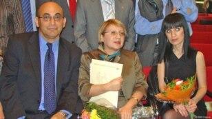 Dinara Yunus (sağda) valideynləri Leyla və Arif Yunusla.