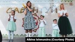 Альбина Ишмурзина (уртада) Петербур Сабантуенда, архив фотосы