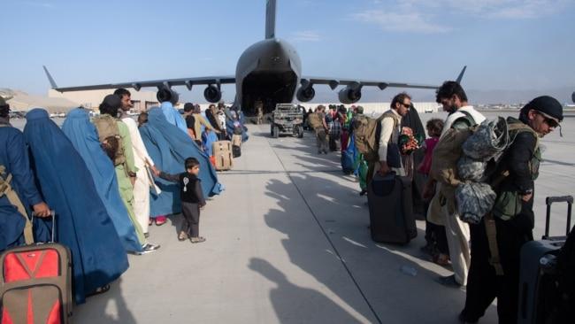 Dhuna dhe martesat me detyrim i shtyjnë gratë afgane të ikin