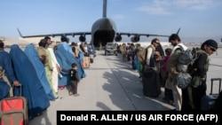 شماری از شهروندان افغان در میدان هوایی کابل