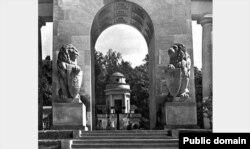Вигляд центрального входу на цвинтар польських вояків, які загинули у 1918-1920 роках