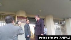 Игорь Хорошилов с адвокатом у здания суда