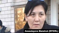 """Один из организаторов """"Комитета безземельных и бездомных"""" Инсенова Дильнар. Алматы, 28 ноября 2013 года."""