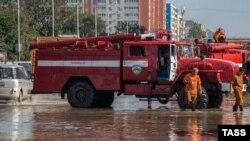 Пожарные откачивают воду на улице Хабаровска