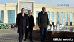 Президент Узбекистана Шавкат Мирзияев с Ачилбаем Раматовым (посередине) на вокзале в городе Хиве.