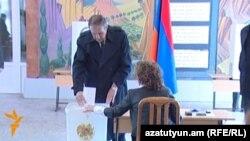 Լեւոն Տեր-Պետրոսյանը քվեարկում է նախագահական ընտրություններում, Երեւան, 18-ը փետրվարի, 2013թ.