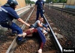 Sirijska porodica je legla na šine u znak protesta zbog zaustavljanja voza