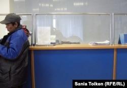 """Окошко по оформлению акций """"Народное IPO"""" в здании почтового отделения на бульваре имени Абая. Актобе, 9 ноября 2012 года."""