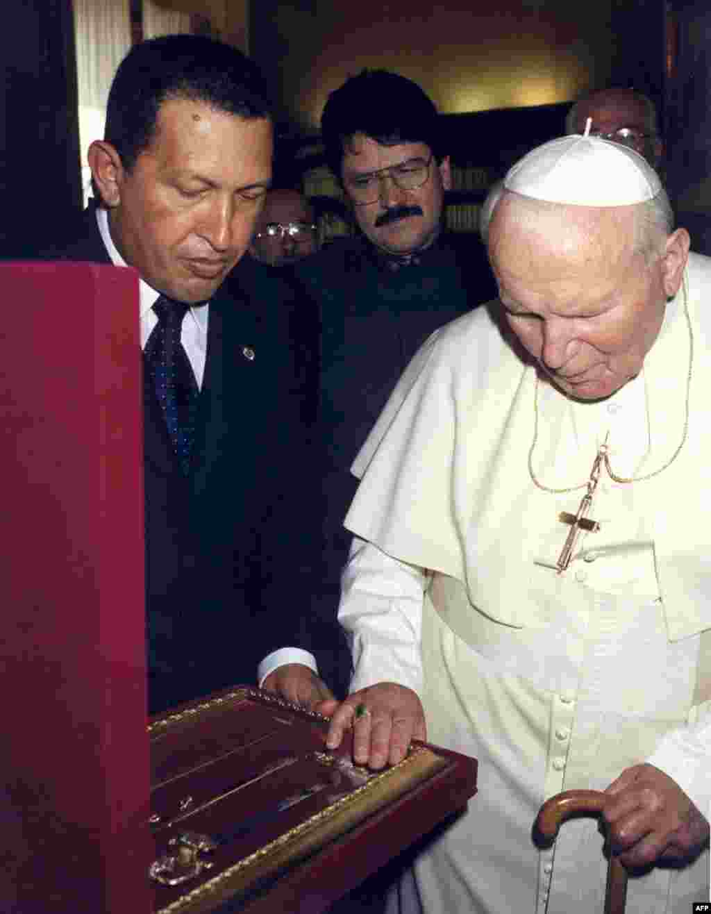 "Chavez presents Pope John Paul II with a replica of Simon Bolivar's sword ""Libertador"" at the Vatican in September 1999."