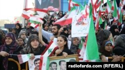 People wait for the convoy of Iran's President Mahmud Ahmadinejad in Beirut on October 13.