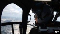 Pilot francez. într-un elicopter militar
