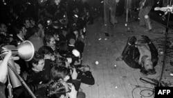 Рок-зірка Франції Джонні Голлідей виступає на сцені Палацу спорту в Парижі, 15 листопада 1967 року