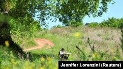 În Italia, unde școlile rămân închise, Giulio Giovannini, 12 ani, și-a luat tableta și face lecții în vârful dealului.