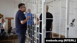 Абвінавачаныя Баравікоў і Малышкін у клетцы
