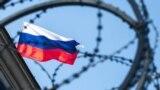 Російський прапор за колючим дротом на будівлі посольства Росії в Києві, 18 вересня 2016 року