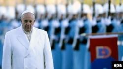 Папа Римский Франциск обходит строй почетного караула по прибытии в столицу Турции. Анкара, 28 ноября 2014 года.