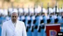 Папа римский Франциск обходит строй почетного караула по прибытии в Анкару - столицу Турции