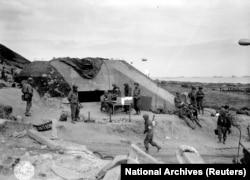 """7 июня. Захваченный немецкий бункер на """"Омаха-бич"""""""