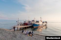 Hajók dokkolnak Lisztvjanka mólójánál